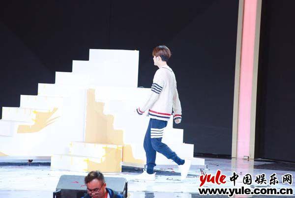穿着白毛衣唱情歌  听说还会跳舞,徐海乔的元宵节目这么精彩?资讯生活