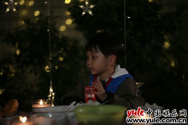 """邓莎做客黄圣依家 变身""""孩子王""""对话安迪零压力资讯生活"""
